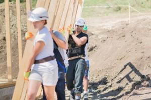 HFH Cluj - voluntari AG ridicand peretii casei pe santier_2014