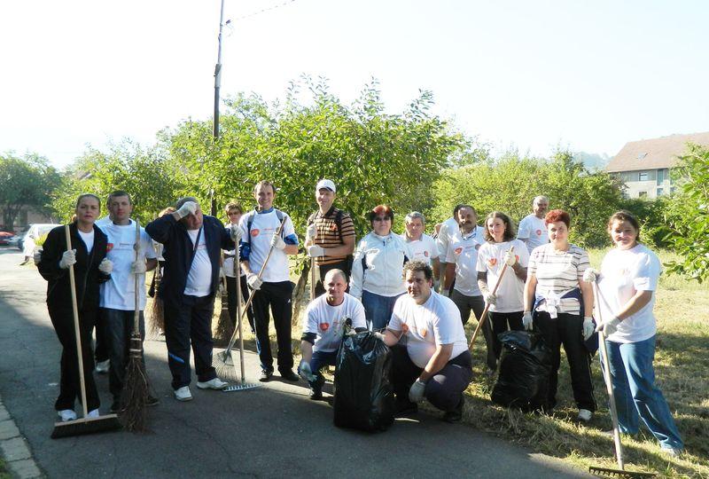 Voluntari_GSK_Orange_Day_Reamenajare_curte_exterioara_spital_2012