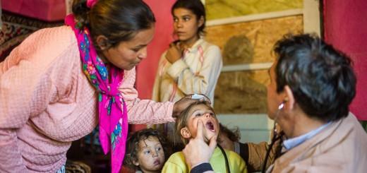 Vizita medic de familie in casele copiilor saraci din Hetea, foto de Cosmin Bumbut