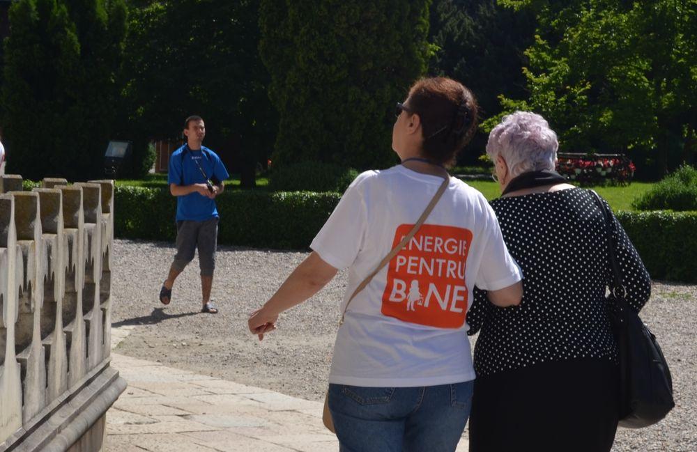 Voluntarii CEZ si prietenii lor varstnici de la Centrul de  Ingrijire si Asistenta Pitesti s-au bucurat de o plimbare in afara  centrului
